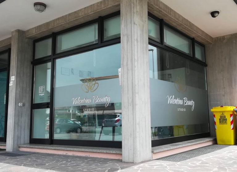 vetrina per centro estetico decorata con opalino e adesivi prespaziati